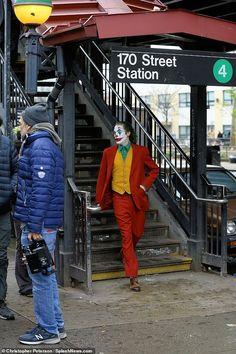 Joaquin Phoenix spotted in full costume as Joker running from cops - Subway joker: The movie is said to tell an, & standalone story not seen before on th - Joker Foto, O Joker, Joker Pics, Joker And Harley Quinn, Joker Costume, Joker Cosplay, Costume Makeup, Disney Tapete, Joker Phoenix