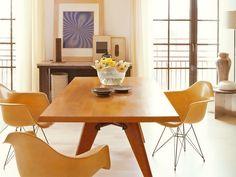 Mesa de jantar em madeira e base do tipo cavalete
