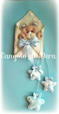 Fiocco nascita o coccarda con orso in feltro e pannolenci - Bambini... | su MissHobby Baby Crafts, Felt Crafts, Diy And Crafts, Felt Christmas Decorations, Christmas Crafts, Felt Owls, Baby Sewing Projects, Felt Diy, Stuffed Animal Patterns