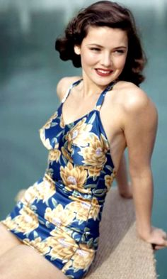 Gene Tierney in a shiny blue and gold one piece swimsuit, pin curls, and red lips. She was always a classic beauty Pin Up Retro, Look Retro, Moda Vintage, Vintage Hollywood, Hollywood Glamour, Hollywood Stars, Classic Hollywood, Vintage Glamour, Vintage Beauty