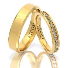 Perechea de verighete din aur galben Atcom este deosebita datorita finisajelor lucioase si a modelului deosebit al inelului doamnei.