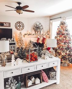 Nowadays the farmhouse Christmas decor ideas are getting more and more popular. They will surely help you create wonderful Christmas decoration from bright and lively to glam and elegant. Christmas Living Rooms, Christmas Bedroom, Farmhouse Christmas Decor, Rustic Farmhouse Decor, Cozy Christmas, Fresh Farmhouse, Rustic Table, Christmas Entryway, Christmas Kitchen
