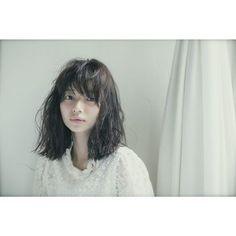 無造作でナチュラルな黒髪はどこか艶っぽさもあり、女性の魅力を引き出してくれます。
