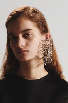 Earrings Statement Mugler Pre-Fall 2019 Collection - The complete Mugler Pre-Fall 2019 fashion show now on Vogue Runway. Jewelry For Her, Black Jewelry, Hair Jewelry, Bridal Jewelry, Fashion Jewelry, Earring Trends, Jewelry Trends, Oval Face Shapes, Anklet Jewelry