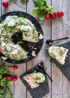Voileipäkakku rengasvuoassa – Perinneruokaa prkl | Meillä kotona Finnish Recipes, Fish Dishes, Nachos, Palak Paneer, Feta, Food And Drink, Tasty, Cheese, Baking