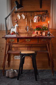 Vanha Muuramen työpöytä toimii siirtolapuutarhamökillä puutarhurin työpöytänä. Jouluksi se sai tunnelmallisen somistuksen. Bar Cart, Furniture, Home Decor, Decoration Home, Room Decor, Home Furnishings, Home Interior Design, Home Decoration, Interior Design