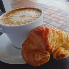 This is the right way to start the morning... #coffee #croissant #breakfast #Nahuen #coffeeart