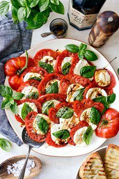 Summer Caprese Salad Recipe - Simply Scratch Brunch Recipes, Healthy Dinner Recipes, Appetizer Recipes, Healthy Food, Appetizers, Caprese Salad Recipe, Salad Recipes, Clean Eating Recipes, Cooking Recipes