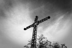 Kakumei - « Croix d'automne » - #packshot #cross #photoart #noiretblanc #photoart