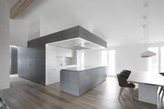 Penthouse V is a holiday home for a family of seven in Pörtschach, Austria. The Austria based studio destilat positioned the penthouse in the roof structure of a cinema. Interior Design Magazine, Interior Desing, Interior Design Inspiration, Interior Modern, Kitchen Cabinets Grey And White, Grey Kitchens, Grey Cabinets, Kitchen White, Open Kitchen