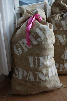 Jute Sint zak, zak met cadeautjes, sinterklaas avond, feestdagen voor  kinderen