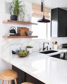 decor home Black cabinets, white bench, white marble backsplash, black tap. Super doable decor home Kitchen Interior, New Kitchen, Kitchen Dining, Apartment Kitchen, Design Kitchen, Kitchen Modern, Modern Kitchens, Rustic Kitchen, Kitchen Plants