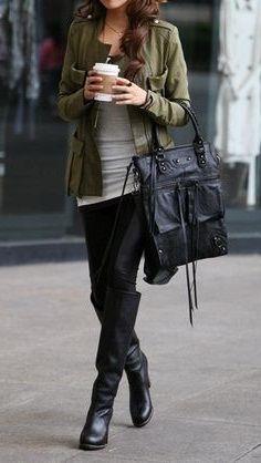 Девушка в сапогах и жакете в стиле милитари, со стаканчиком кофе в руках