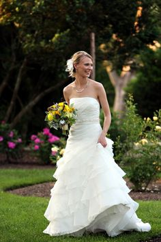 Our beautiful bride is perfectly at home in the gardens at Oatlands Plantation, www.Oatlands.org, flowers by LynnVale Studios, llc, www.LynnVale.com, photography by Jill Springer of  www.sandiforaci.com