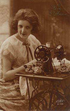 Vintage sewing postcard - lovely lady posing with Singer sewing machine. Vintage Photos Women, Vintage Pictures, Vintage Photographs, Vintage Images, Sewing Cards, Antique Sewing Machines, Vintage Postcards, Scrapbooking, Knitting Machine
