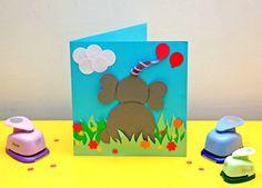 Renkli kağıtları kesip yapıştırarak, şekilgeçlerden çıkardığımız şekilleri birleştirerek bu defa da koca kulaklı bir fil kart yapacağız.