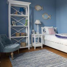 """Чтобы получить морское настроение в интерьере, не обязательно использовать обои с кораблями⛴ или слишком декоративную мебель в морском стиле, достаточно сочетание голубого и белого цвета и несколько тематических аксессуаров⚓️. Тогда, во-первых, будет не """"в лоб"""", а, во-вторых, в будущем при желании можно будет легко изменить тематику комнаты. #инлавкаминск #inlavkaminsk #мебельминск #декордлядома #детская #забериуютдомой"""