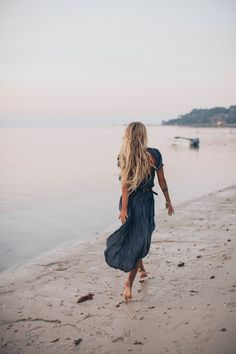 Blond model running on beach in navy flowing maxi dress New Fashion Trends, 70s Fashion, Trendy Fashion, Vintage Fashion, Fashion Tape, Kelly Fashion, Dance Fashion, Hollywood Fashion, College Fashion