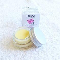 [News] Le Baume Lèvres Nutritif Bio de chez Buzz in the Bathroom. Karité, Cire d'Abeille, Awara, Stavia. Régénère et protège les lèvres sèches et fragilisées. Son parfum gourmand et sucré, son effet gloss allient la séduction et le soin. #buzzinthebathroom #easyparapharmacie #lip #fun #bio