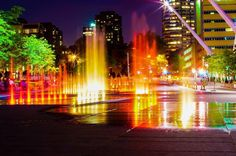 Place des Spectacles la nuit, jets d'eau