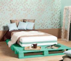 Meble z palet w sypialni to sposób na oryginalny wystrój. W zrób to sam pokazujemy jak zrobić ekologiczne i tanie łóżko z palet. Barwny podest pod materac w sypialni wykonany z palet posłuży też jako stolik nocny. Nasza aranżacja sypialni jest złagodzona przez ozdobną tapetę i miękkie tkaniny.