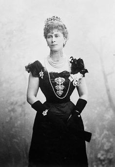 Princess Victoria Mary, the Duchess of Cornwall and York in 1901 at Ottawa, in Canada Ornamens worn -    Multistrand dog-collar pearl necklace.    Seven-strand pearl necklace which may perhaps be part of the dog-collar necklace or separate from it.    Single-strand long pearl rope necklace.    Stomacher with centerpiece set with large spherical pearls.    Brooch set with pearls.    Pearl drop-earrings.    A tiara.