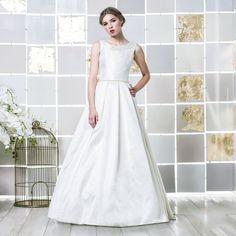 Majestoso vestido de noiva estilo princesa todo em organza lavrada e cetim. Corpo com decote em barco com gola. Costas com decote em V. Saia estilo princesa...