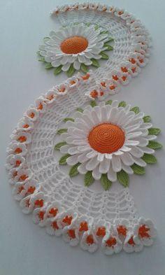 trilho de mesa flor de lótus feito com linha anne e charme mede 1 metro e 18 aprox. pode ser feito nas cores de sua preferência.