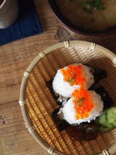 Ikura Onigiri, Japanese Rice Ball Topped with Salmon Caviar|いくらのおにぎり
