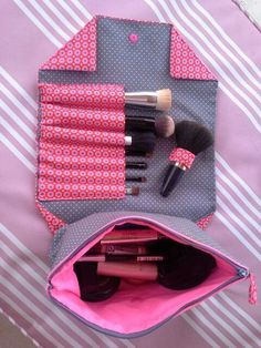 Globulitasche / Neceser de maquillaje con cremallera y compartimentos Globulitasche / Makeup bag with zipper and compartments Sewing Hacks, Sewing Tutorials, Sewing Patterns, Fabric Crafts, Sewing Crafts, Sewing Projects, Diy Makeup Bag, Makeup Case, Makeup Kit