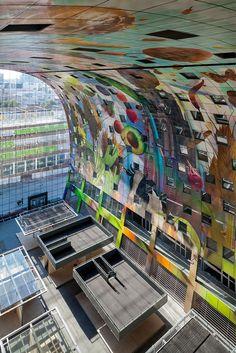 Interior del mercado de Rotterdam por MVRDV. Imagen © Daria Scagliola+Stijn Brakkee. Cortesía de Markthal Rotterdam. Señala encima de la imagen para verla más grande.