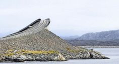 A ponte Storseisundet possui 260 metros de extensão e tem uma curvatura de tirar o fôlego