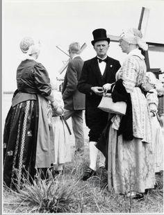 Zaandam Kalverringdijk, Zaanse Schans Zaanse folkloredag ter gelegenheid van 40 jaar Zaanse Molen Zaanse kostuums. Zaans Archief #NoordHolland #Zaanstreek