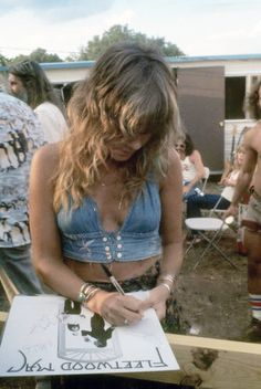 Stevie Nicks Signing A Fleetwood Mac Album. Paris Jackson, Mode Woodstock, 70s Fashion, Vintage Fashion, Trendy Fashion, Fashion Quiz, Woman Fashion, Stevie Nicks Fleetwood Mac, Stevie Nicks 70s