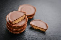 Try this Sea Salt & Almond Butter Cup Recipe for a great salty & sweet snack! It's also full of good healthy fats! Chocolate Peanut Butter Cups, Dairy Free Chocolate, Chocolate Peanuts, Vegan Chocolate, Melting Chocolate, Low Carb Recipes, Snack Recipes, Dessert Recipes, Healthy Recipes