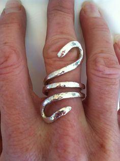 Fino anillo plata declaración contemporánea martillado San