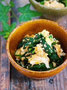 """あと一品♪『ほうれん草と卵の炒めナムル』【#作り置き#弁当】 by Yuu 使う食材は""""ほうれん草""""と""""卵""""。 家にある材料でパパッと作れる上 お財布にもやさしい〜。 また、彩りもバッチリ!! 作り方は、とーっても簡単で フライパンで卵→ほうれん草の順に炒めたら、あとはナムルだれで和えるだけ。 たったこれだけだけど クセになるほどの美味しさ♡ また、卵が加わることで 味がマイルドになり ほうれん草がより一層食べやすくなりますよ♪"""