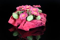 Leather and flowers... a good combination! In this piece you will see our mini gerbera Bizar. Made by Menno Groen during the 2nd Floral TweetJam of Flower Factor.