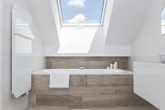 Een badkamer is meestal een kleine ruimte. Maak gebruik van witte materialen voor een ruimtelijk effect. FAKRO is stapel op wit!