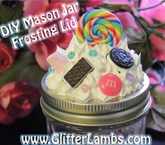 DIY Mason Jar Frosting Lid I made this for my daughter for her to put her lipgloss in or whatever else she wants to add in it. Small Mason Jars, Mason Jar Gifts, Mason Jar Diy, Kawaii Crafts, Kawaii Diy, Jar Crafts, Cute Crafts, Fake Cupcakes, Clay Jar