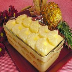 O Pavê de Abacaxi fica delicioso e bem molhadinho. É uma sobremesa leve e ideal para os dias quentes. Com certeza, todos os seus convidados vão adorar! Vej