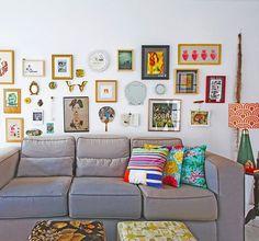 essa parede cheia de quadros e lembranças queridas é o xodó da @gigrigolin, que mora em uma deliciosa casinha alugada ♥ com paredes e piso brancos, os espaços servem como pano de fundo para os objetos e móveis colecionados ao longo da vida!!! muito amor, né? a matéria completa você lê lá no blog #todacasatemumahistoria #gallerywall #decor  foto: @lflorenzano