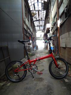 No.429 / ©エヌはま / ダホンスピードP8 / 奈良県下市市の昭和の匂いがする商店街で撮影しました。 閉店するお店も多く随分荒れてしまいました。 ダホンウルトラライトで望む予定でしたが痛恨のパンクで今回は普段乗りのスピードP8です。