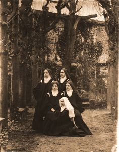 sainte-Therese-de-Lisieux with her blood sisters and the Guerin cousin at the front (Jeanne)