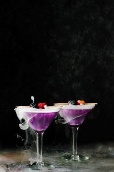 Skinny Halloween cocktail recipes so that you can eat more candy. Skinny Halloween cocktails: The Witch's Heart at The Flavor Bender Halloween Cocktails, Halloween Food For Party, Halloween Week, Halloween Potions, Holiday Cocktails, Halloween Treats, Apple Vodka, Apple Brandy, Slimming Recipes