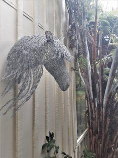 Chicken wire sculpture - Horse head Chicken Wire Art, Chicken Wire Sculpture, Wire Sculptures, Creation Crafts, Indoor Gardening, Horse Head, Trellis, Solar Panels, Shed