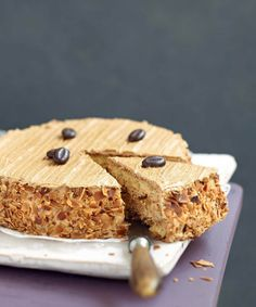 Easy to make with this recipe step by step, mocha is a must-go dessert of French cuisine. Homemade, it is only better with its coffee flavored butter cream and biscuit. Cafe Moka, Cheesecake Recipes, Dessert Recipes, Mocha Cake, Cake & Co, Bread Cake, Cake Board, No Bake Cookies, Love Cake
