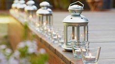 Kovové lucerny na čajovou svíčku zdobí i za bílého dne. Na noc je rozmístíme na místa, která chceme zvýraznit. Cena 79 Kč/kus.