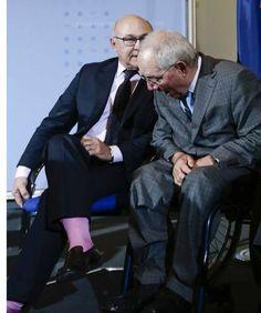 Il ministro francese e quei calzini rosa shocking che sorprendono i colleghi - Corriere.it