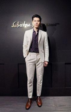 Hyun Bin Handsome Despite One Size Too Small Suit at Ferragamo Fashion Show in Milan Japan Fashion, Fashion Show, Mens Fashion, Kpop Fashion, Park Shin Hye, Asian Actors, Korean Actors, Bradley The Vamps, Choi Jin Hyuk
